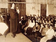 This photograph shows an opera singer performing at a New York City mental hospital for a sound therapy session. Psychiatrists hypothesized that certain sounds would have therapeutic effects on patients. Mental Asylum, Psychiatric Hospital, Mental Disorders, Opera Singers, Medical History, Music Therapy, Science, Rare Photos, Mental Illness