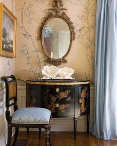 A favorite vignette by one of my favorite designers, Joseph Minton. #splendorinthesouth #josephminton #chinoiserie #mirror