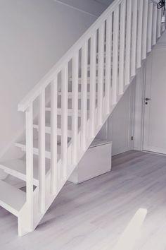 Et voilá! Så har hallen fått sig en liten mini-makeover i form av trappräcke istället för spaljé.Inte för att det egentligen var något fel på spaljén i sig, men m… Redo Stairs, Open Stairs, Loft Stairs, Stairway Photos, Stairs In Kitchen, House Staircase, Attic Remodel, Interior Stairs, White Home Decor