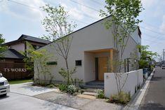【平屋の雑木の庭】かけがえのない家族。笑顔のあふれる使い勝手のいい住まいについて|LIMIA (リミア) Japanese Style House, Garage Doors, Outdoor Decor, Gardens, Home Decor, Decoration Home, Room Decor, Interior Design, Home Interiors