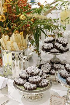 Para adoçar o encontro, mousse de limão-siciliano com nut crumble & mashmallow foram dispostas sobre as pilhas de pratos, e petit tartes de brigadeiro com amêndoas givrette foramservidassobre os pires daColeção Frutas da Estaçãoemboleirasepetisqueirasem prata.