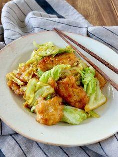 しっとり鶏むね肉とキャベツのカレー炒め by Norimaki / やわらか~く下ごしらえした鶏むね肉を炒めて、キャベツと共にカレー味に炒めて完成!シンプルですが、ごはんが進む節約&ボリュームメニューです。春キャベツが美味しい季節にも♪ / Nadia Avocado Toast, Guacamole, Cabbage, Meat, Chicken, Vegetables, Cooking, Breakfast, Ethnic Recipes