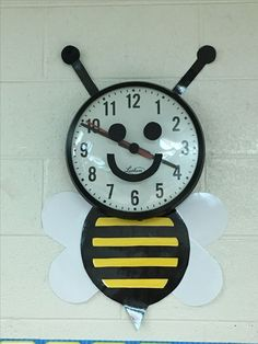 Bumblebee clock Classroom Clock, Classroom Door, Classroom Design, Classroom Displays, Kindergarten Classroom, Classroom Themes, Infant Classroom Ideas, Daycare Themes, Bee Crafts