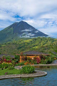 Es el hotel Nayara. Está en La Fortuna. Se puede relajarse en la habitación. También se puede ver el Volcán Arenal.