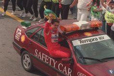 Senna de carona no safety car do GP Brasil em vitória de 1993.