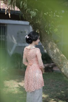 Dress brokat peach Ideas for 2019 Kebaya Pink, Kebaya Lace, Batik Kebaya, Kebaya Dress, Batik Dress, Kebaya Modern Hijab, Kebaya Hijab, Kebaya Muslim, Model Kebaya Brokat Modern
