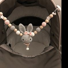 Dieser Artikel ist nicht verfügbar - - A beautifully crocheted bunny pendant for the baby Bowl in shades of grey and powder pink. Crochet Baby Toys, Crochet Bunny, Baby Knitting, Knit Crochet, Crochet Bowl, Crochet Hooks, Diy Bebe, Baby Mobile, Shell Pendant