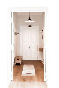 Stylowy korytarz, elegancki korytarz, biały korytarz. Zobacz więcej na: https://www.homify.pl/katalogi-inspiracji/31646/nowoczesny-loft-w-starym-budynku-szpitala