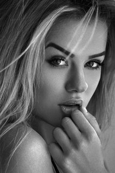 How to Use Black and White to Build a Sexy Portrait Portrait Photography Poses, Photography Women, Black And White Portraits, Black And White Photography, Girl Face, Woman Face, Foto Glamour, Female Portrait, Too Faced