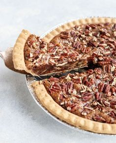 Vegan Pecan Pie (with NO corn syrup!) This Vegan Pecan Pie is naturally sweetened & easy to make. It has a taste and texture remarkably similar to the original without using corn syrup or eggs! Vegan Pecan Pie, Pecan Pie Filling, Vegan Pie, Gluten Free Pecan Pie, Raw Vegan, Flan, Whole Food Recipes, Vegan Recipes, Recipes With Dates Vegan