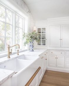 15 Stunning White Shaker Kitchen - Nothing is more classic than a white shaker style kitchen! It is simple, elegant and depending on w - Beautiful Kitchen Designs, Beautiful Kitchens, Beautiful Interiors, Studio Kitchen, New Kitchen, Kitchen Tools, Farm Sink Kitchen, Crisp Kitchen, Kitchen Island