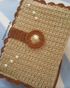 Crochet book cover Free Crochet Bag, Crochet Case, Crochet Basics, Crochet Gifts, Crochet Motif, Crochet Patterns, Crochet Book Cover, Crochet Phone Cover, Crochet Books