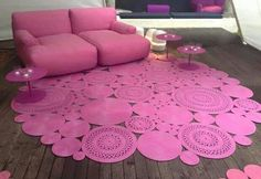 Linda decoração na sala com um belo tapete crochê CLIQUE NA FOTO PARA AMPLIAR