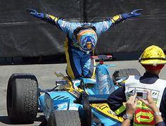 A foto mais apaixonante de Fernando Alonso... Curvando-se e reverenciando a máquina... Lindo, lindo, lindo!!! ♥ ♥ ♥