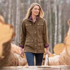Need freedom and lightweight warmth to conquer your day? Grab the women's DuluthFlex Fire Hose Chore Coat for comfort that's better by a long stretch.