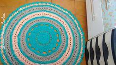 """Boa tarde gente! Tapete de 1 m da série, fiquei pra mim mas não vendi """"baratinho""""   está decorando meu """"quartelier""""  . . .  #tapetes #rug #fiosdemalha #trapillo #crochet #decoracao"""