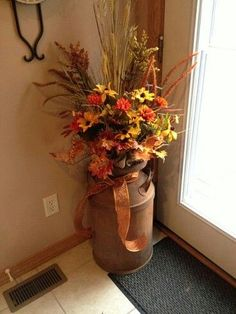 Old Milk Can Decorating Ideas | Pinned by Gl Guzman-Garcia Fall Harvest, Harvest Time, Milk Jugs, Old Milk Cans, Fall Decorating, Milk Churn, Diy Autumn, Autumn Home, Thanksgiving Ideas