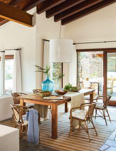Comedor rústico con techo de madera