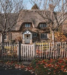 Cottage Style Homes, Cottage Design, Cottage Living, Cozy Cottage, Beautiful Homes, Beautiful Places, Storybook Homes, British Architecture, Fairytale Cottage