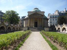 #Chapelle expiatoire, #Paris, #8eme. La chapelle avec son #portique tétrastyle à #fronton de style #dorique, précédée par un Campio Santo, jardin surélevé. Sur les côtés, des cénotaphes en souvenir des gardes suisses tués le 10 août 1792 lors de la prise des #Tuileries.