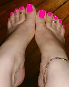 Pretty feet and an anklet too, hotwife for sure