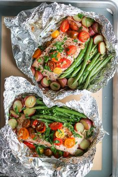 - This healthy Salmon Foil Packets recipe has moist, delicious salmon filets, French cut green beans, mixed grape to Baked Fish In Foil, Oven Baked Salmon, Healthy Salmon Recipes, Fish Recipes, Seafood Recipes, Salmon In Foil Recipes, Salmon Foil Packets, Foil Packet Meals, Salmon Green Beans