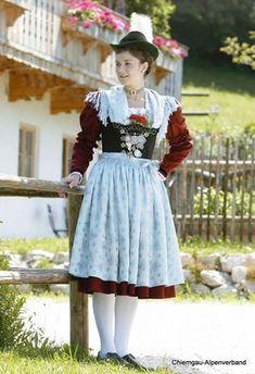 Festtagstrachten :: Chiemgau Alpenverband Festtracht - roter Rock, lange Ärmel, blaues Seidentuch, Schürze, grüner Velourshut mit Flaum, weiße Strümpfe und schwarze Trachtenschuhe