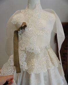 레이스 작업중인.. 웨딩한복 보기만해도 설레는 신부한복입니다  #풍경한복 #신부한복 #웨딩 #wedding Korean Traditional Dress, Traditional Fashion, Traditional Dresses, Korean Outfits, Japanese Outfits, Dance Outfits, Dress Outfits, Hanbok Wedding, Korea Dress