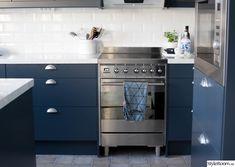Blått kök från epoq Interior Design Living Room, Kitchens, Kitchen Cabinets, Kitchen Ideas, Home Decor, Blue, Decoration Home, Room Decor, Cabinets