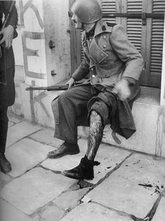 Γεννήθηκε το 1902 στο Κίεβο της Ουκρανίας. Ο πατέρας του, όταν ήταν 14 χρονών του χάρισε μια φωτογραφική μηχανή την οποία δεν αποχωριζότα... Military History, Athens, Ww2, Children, Painting, Don't Forget, Greece, Black N White, Kettle