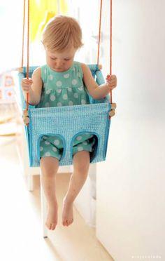 crédit photo pinjacolada!  Pinja du blog pinjacolada est finnoise et a fabriqué pour sa fille une balançoire : parfaite pour l'intérieur et les petits enfants (de 1 à 3 ans), vous pourrez la réaliser avec du joli tissu !  Instructions Vous aurez besoin de tissu bien solides (2 morceaux de 98 x 30 xm et 2 de 106 x 30 cm), 4,3 mètres de biais pré-pliés, une planche de bois de 28 cm de côté et 4 mm d'épaisseur, 2 cordes de nylon de 5 mm d'épaisseur au moins et mesurant 2,5 à 4 mètres...