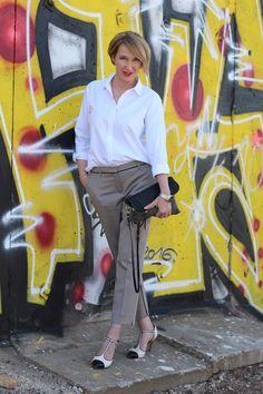 klassische, weiße Bluse, T-Straps Pumps, 3/4 Hose, knöchelfreie Hose, Angela Miklas, Dorothee Schumacher, Designer Tasche