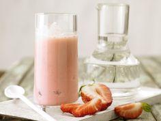 Erdbeer-Smoothie - mit Joghurt - smarter - Kalorien: 102 Kcal - Zeit: 15 Min. | eatsmarter.de Erdbeeren, Joghurt, fertig!