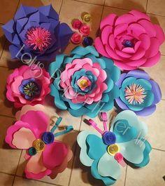 Mariposas Paper Flowers Craft, Large Paper Flowers, Paper Flower Backdrop, Giant Paper Flowers, Paper Flowers Diy, Paper Roses, Flower Crafts, Diy Paper, Paper Crafts