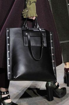 Mulberry at London Fashion Week Fall 2016 - Details Runway Photos Burberry Handbags, Prada Handbags, Luxury Handbags, Tote Handbags, Purses And Handbags, Leather Purses, Leather Handbags, Leather Bags Handmade, My Bags