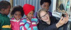 Ieder jaar reizen er 1,6 miljoen vrijwilligerstoeristen naar verre oorden. Ze gaan niet alleen kijken, ze dragen ook 'een stukje bij aan de medemens.' In de film #doinggood volgen we een vrijwilliger die in Zuid-Afrika op een crèche gaat werken. Want doen die mensen echt 'goed,' of is het vooral een industrie?