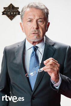 Jaime Blanch como Salvador Martí, el subsecretario de Misiones Especiales que despacha con el ministro; diplomático de carrera, es contemporáneo (su puesto lo ocupa siempre alguien contemporáneo), es el enlace con el Gobierno y el mismísimo CNI.