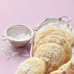 Mandel-Grieß-Kekse Anzahl Portionen: Für ca. 25 Stück Zubereitungszeit: 10 Minuten Dauer: 22 Minuten 100 g Mehl, 1/2 TL Backpulver, 100 g Weichweizengrieß, 50 g Mandelstifte, 100 g weiche Butter, 100 g Zucker, 1 Pck. Orangenschalen-Aroma (Fertigprodukt; Backaroma), 1 Prise Salz, 1 zimmerwarmes Ei (M), Puderzucker zum Bestäuben (nach Belieben)