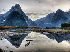 読者の投稿写真。ニュージーランドで保全生物学を研究するゴーシュガリアン(32)が撮影した。キャンピングカーで南島を調査中、「息をのむような、地球上で最もすばらしい景色の一つ」ミルフォード・サウンドに出合うと、風がおさまるまで数時間待ち続け、撮影にちょうどいい一瞬をとらえた。