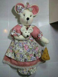 Una ratona porta bolsas Pet Toys, Doll Toys, Carrier Bag Holder, Grocery Bag Holder, Plastic Bag Holders, Fabric Animals, Felt Baby, Sewing Dolls, Stuffed Animal Patterns
