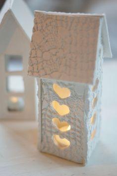 Tarvikkeet: paketti valkoista Fimo Basic –massaa, (halutessasi) erivärisiä silkkimassoja ja helmimassaa talon koristeluun, kaulin, pitsiliina, piparkakkumuotteja, yleisliimaa (esim. Erikeeper).