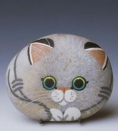 A hand-painted stone cat (signed Fompy) ~ Very cute cat rock!Painted Rock Ideas - Do you need rock painting ideas for spreading rocks around your neighborhood or the Kindness Rocks Project?Creative Ways Painted Rock for The Garden Ideas ⋆ Main Dekor Net Pebble Painting, Pebble Art, Stone Painting, Diy Painting, Learn Painting, Garden Painting, Painting Flowers, Stone Crafts, Rock Crafts