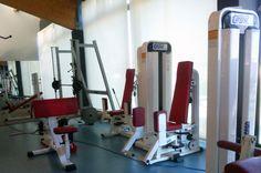 Estor enrollable con tejido polyscreen blanco para reducir el calor en las instalaciones. Trabajo realizado por el equipo de cortinarium. www.cortinarium.com