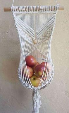 DIY - A arte do macramê repaginada Macrame , DIY - A arte do macramê repaginada DIY - A arte do macramê repaginada . Macrame Design, Macrame Art, Macrame Projects, Macrame Knots, Fruit Holder, Macrame Plant Hangers, Macrame Wall Hangings, Macrame Patterns, Knitting Patterns