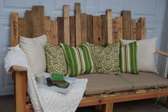 Outdoor Sofa made from Pallet Wood :: Such a great idea for a beachhouse or summer cabin porch!