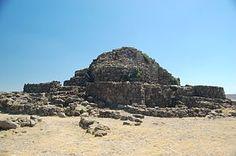 en la isla de Cerdeña un tipo de estructura defensiva llamada nuraghi,