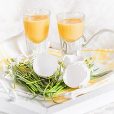 Eierlikör selber machen - das beste Rezept | BRIGITTE.de New Years Eve Party, Punch Bowls, Eggs, Baking, Desserts, Kitchen, Drinks, Cocktails, Christmas Ideas