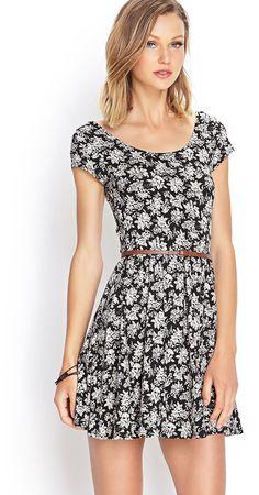 Ausgestelltes Kleid mit Rosenprint