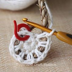 Make your own hemp basket with this crochet pattern & tutorial. Know basic crochet technique to complete it. It uses manila rope and yarn to build. Crochet Gratis, Crochet Diy, Crochet Rope, Crochet Basics, Love Crochet, Crochet Stitches, Knitting Patterns, Crochet Patterns, Crochet Basket Pattern