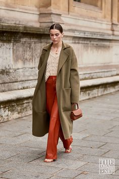 The Best Street Style From Paris Fashion Week S/S 2020 - Winter Fashion Fashion Week Paris, Paris Street Fashion, Milan Fashion Weeks, New York Fashion, London Fashion, Instagram Mode, Instagram Fashion, Style Instagram, Winter Trends